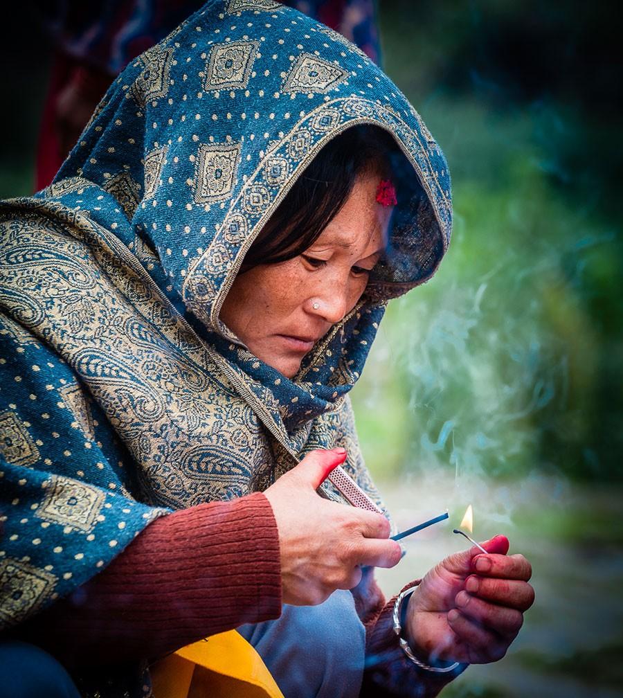 Népal - Portrait d'une femme brûlant de l'encens
