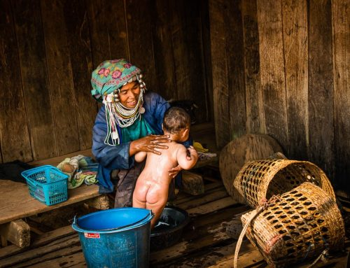 Birmanie12- femme Akha bain enfant