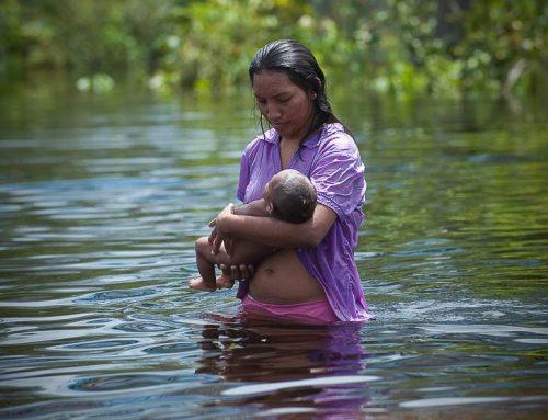 Venezuela-indienne warao avec bébé fleuve