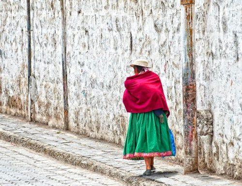 Equateur-femme marchant avec BB