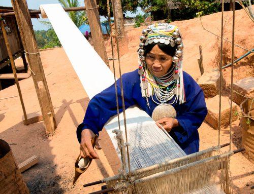 Birmanie-femme akha tissant