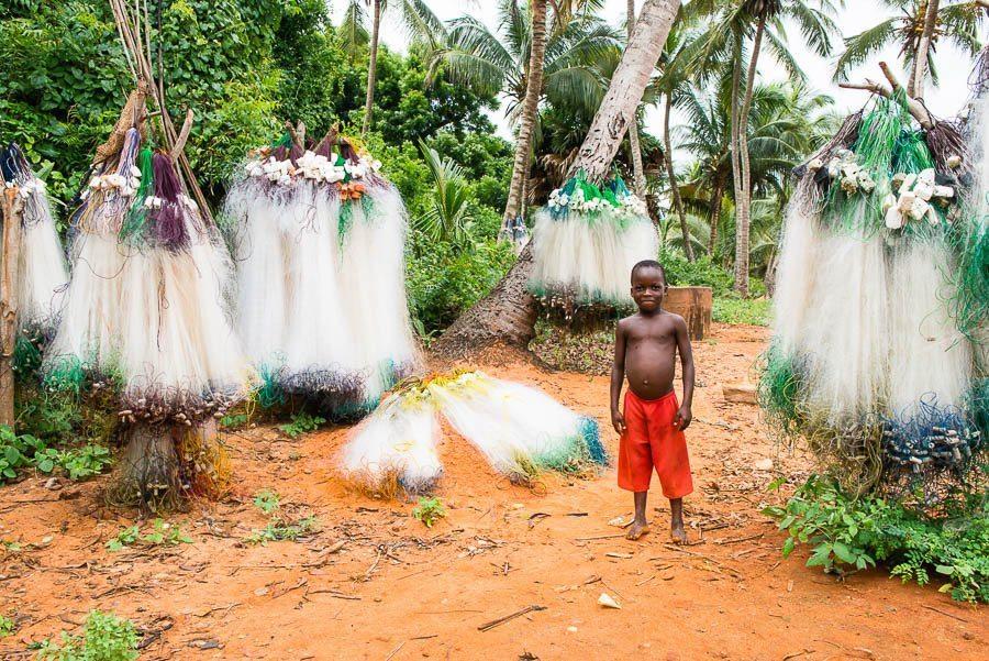 Laurent Moreau photographe - Bénin. Lac Ahémé - enfants devant des filets de pêche